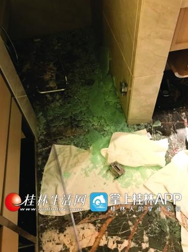 桂林一酒店浴室玻璃门突然炸裂 母女两人被割伤